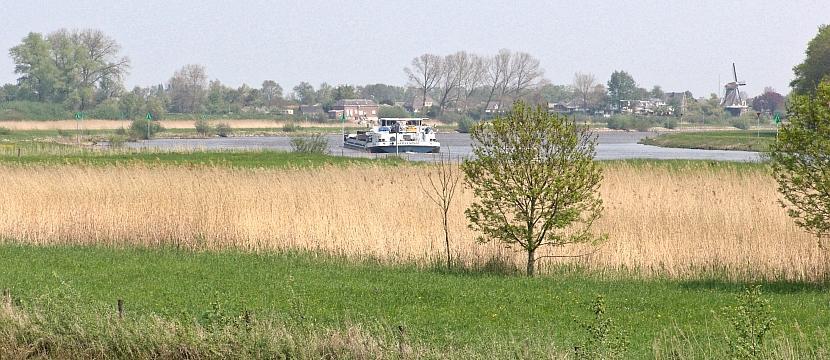 Blik op Veessen vanaf de zuidzijde naderend over de IJsseldijk